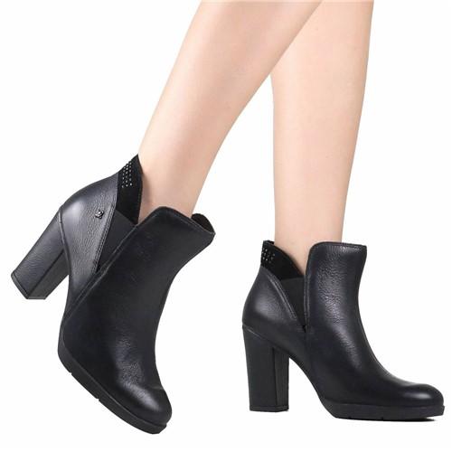 Bota Ankle Boot Cravo e Canela Cano Curto Preto