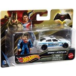 Carrinho Hot Wheels Batman Vs Superman Mini Figura e Veiculo - Superman Djh29