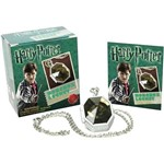 Kit Harry Potter Horcrux Locket e Livro de Adesivos