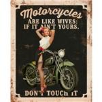 Placa Decorativa Retro Mulher e Moto Verde 24x19cm DHPM-169 - Litoarte